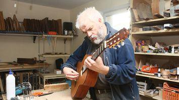 Мастер из Гродно более 20 лет создает гитары и цимбалы