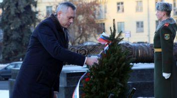 Губернатор Новосибирской области возложил венок к монументу Победы в Минске