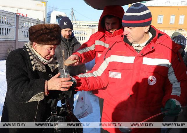 Красный Крест выдает горячее питание и одежду бездомным в Витебске