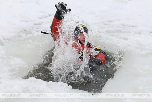 Лучших бойцов МООП Витебской области научили спасать терпящих бедствие на льду