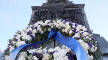 Еврокомиссар Эттингер возложил венок к монументу Победы в Минске