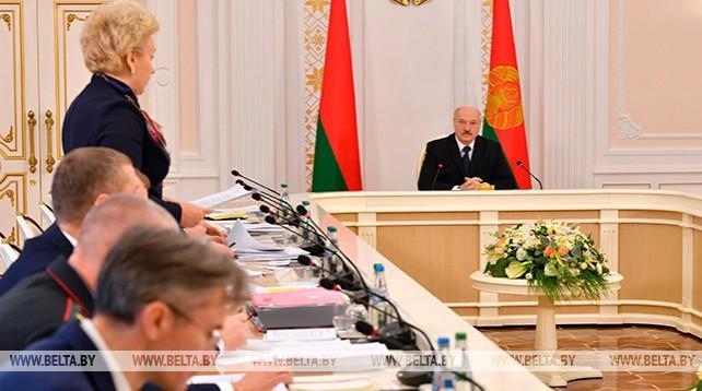 Демографическую ситуацию и поддержку семей с детьми обсудили на совещании у Лукашенко