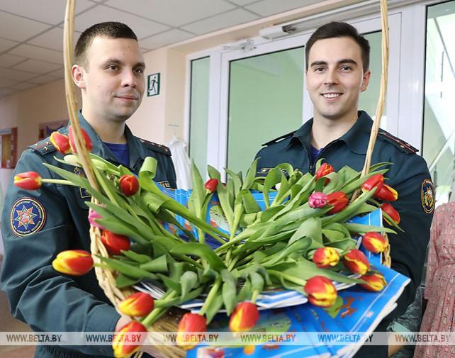 Витебские спасатели поздравили молодых мам