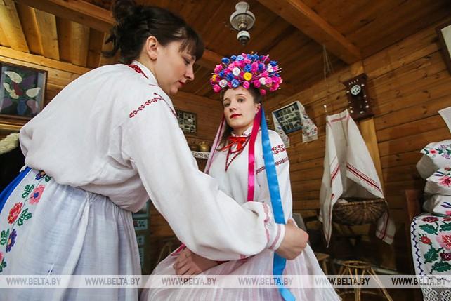 В Бездеже воссоздали технику плетения уникального свадебного венка