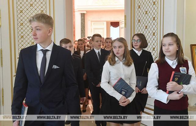 Юные граждане Беларуси побывали с экскурсией во Дворце Независимости