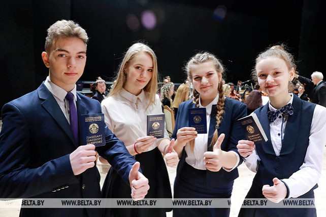 Доманевский вручил паспорта юным жителям Могилевской области