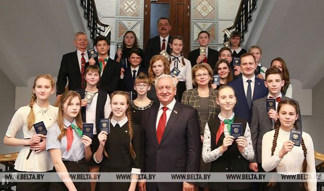 Мясникович вручил паспорта юным гражданам Беларуси