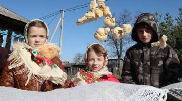 Аутентичный обряд встречи весны провели в Ельском районе