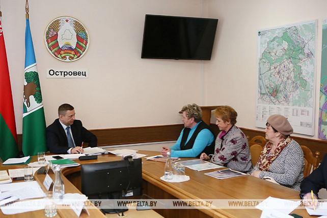 Лавринович провел прямую линию и выездной прием граждан в Островецком райисполкоме
