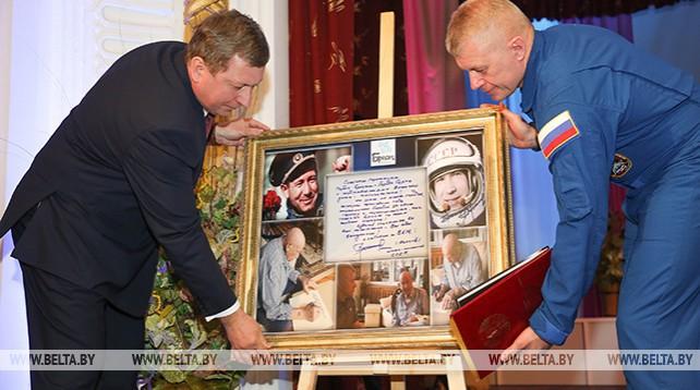 Олег Новицкий передал брестчанам поздравление с 1000-летием города от Алексея Леонова