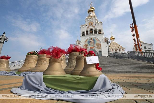 На звонницу Храма-памятника в честь Всех Святых в Минске начали поднимать 13 колоколов