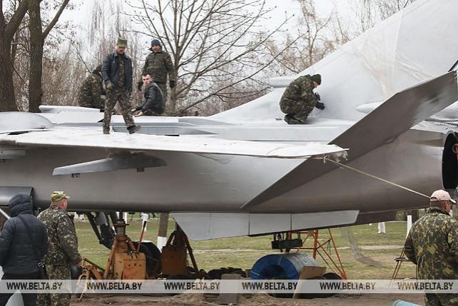 Фронтовой бомбардировщик Су-24 устанавливают в Гомеле