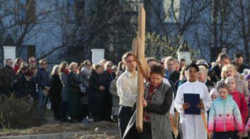 Инсценированный Крестный путь прошел у костела Пресвятой Троицы в Минске