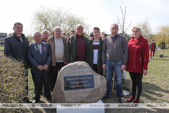 Мясникович принял участие в республиканском субботнике в агрогородке Снов