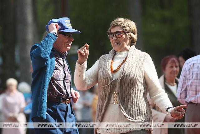 Пожилые гродненцы открыли сезон танцев на свежем воздухе