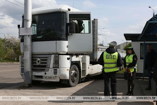 В Гродно грузовик выкатился на остановку: двое пострадавших