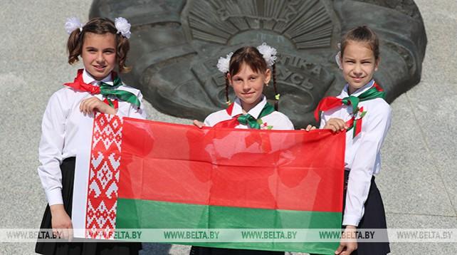 В Минске на площади Государственного флага 90 школьников торжественно приняли в пионеры