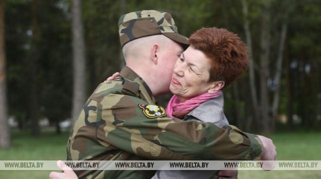Более 200 военнослужащих торжественно проводили в запас в Гродно