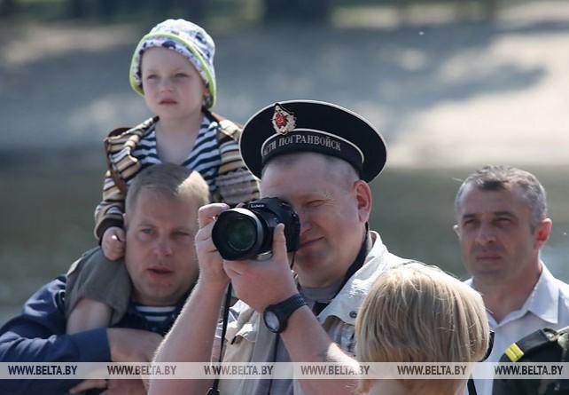 Парад пограничных катеров по Сожу прошел в Гомеле