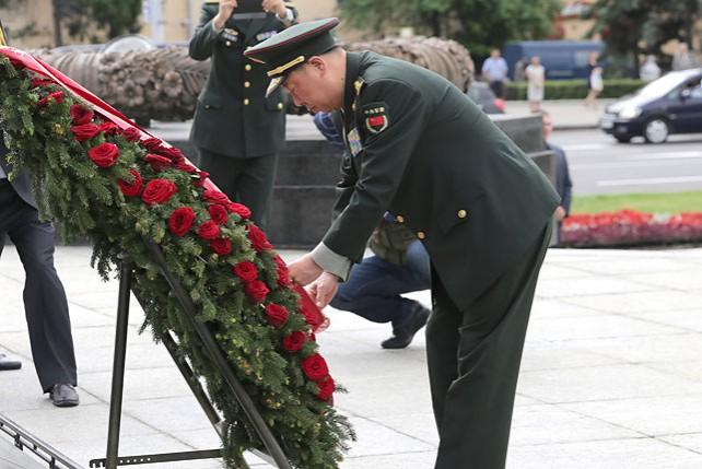 Начальник Объединенного штаба Центрального военсовета Китая возложил венок к монументу Победы в Минске