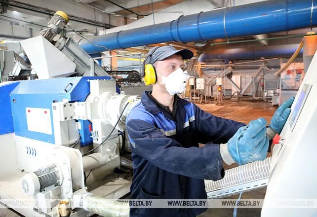 """Более 100 т полимерных отходов ежемесячно перерабатывает """"Спецкоммунтранс"""" в Гомеле"""