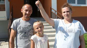 Многодетная семья из Речицы переехала в новую благоустроенную квартиру