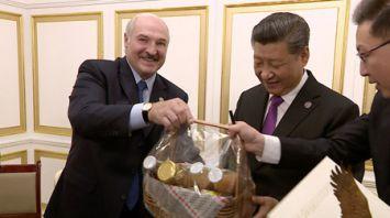 Лукашенко подарил Си Цзиньпину ко дню рождения бронзового аиста и корзину продуктов из Александрии