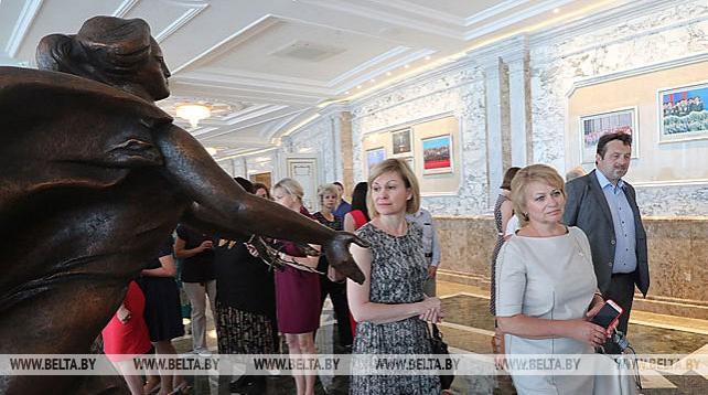 Белорусские медики посетили с экскурсией Дворец Независимости