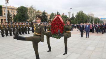 Союзные парламентарии возложили цветы к монументу Победы