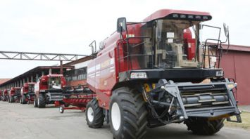 Десять новых комбайнов отправились в хозяйства Гомельской области
