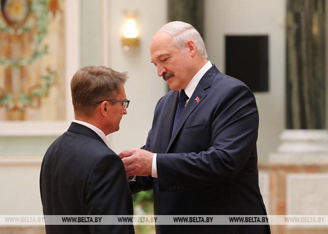 Лукашенко вручил государственные награды