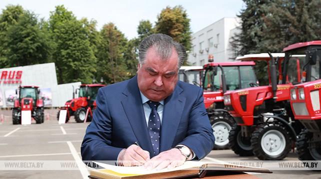 Президенту Таджикистана на МТЗ показали выставку белорусской техники