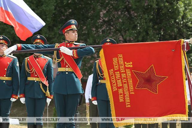 Центральный музей ВС России передал Барановичскому авиаремонтному заводу боевое знамя