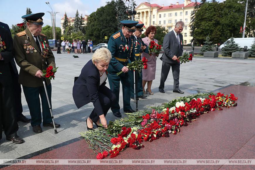 Петришенко, Костевич и Карлюкевич возложили цветы к обелиску на площади Победы в Минске
