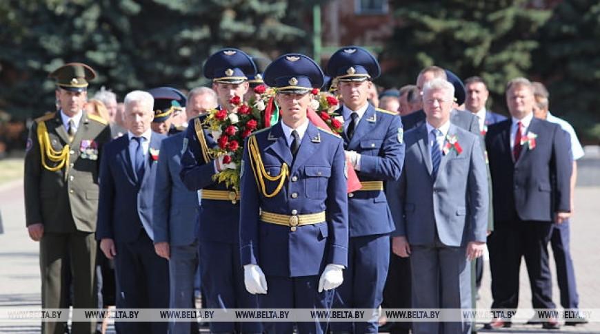 В Бресте День Независимости начали с возложения цветов к мемориалам воинской славы