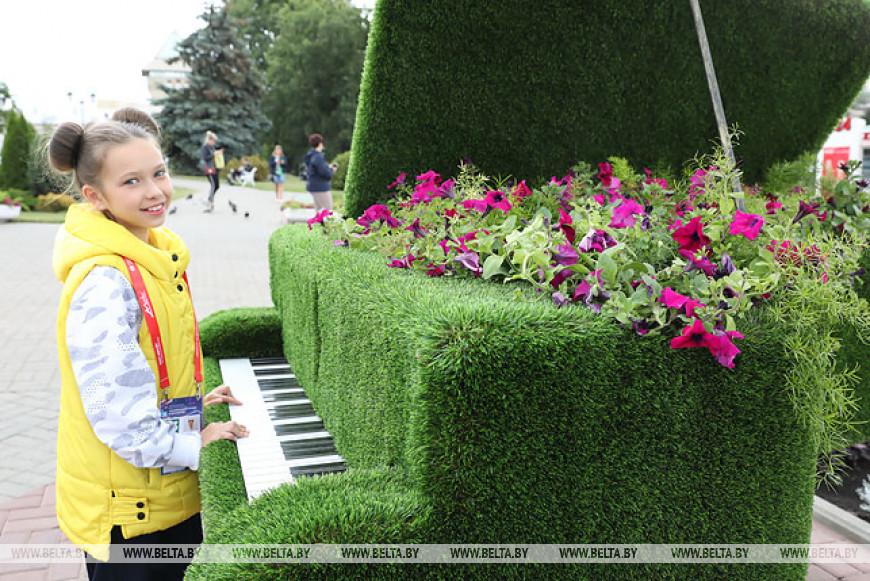 Цветочный рояль и топиарий в виде глобуса появились в Витебске