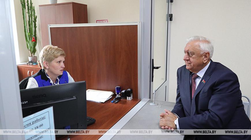 Мясникович посетил администрацию Заводского района Минска