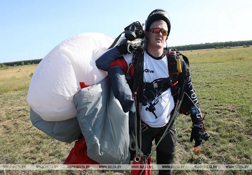 В Гомеле люди с ограниченными возможностями прыгнули с парашютом