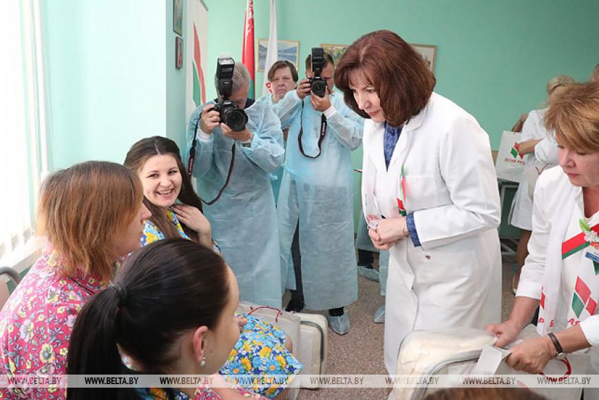 """Кочанова посетила РНПЦ """"Мать и дитя"""" и вручила подарки молодым мамам"""