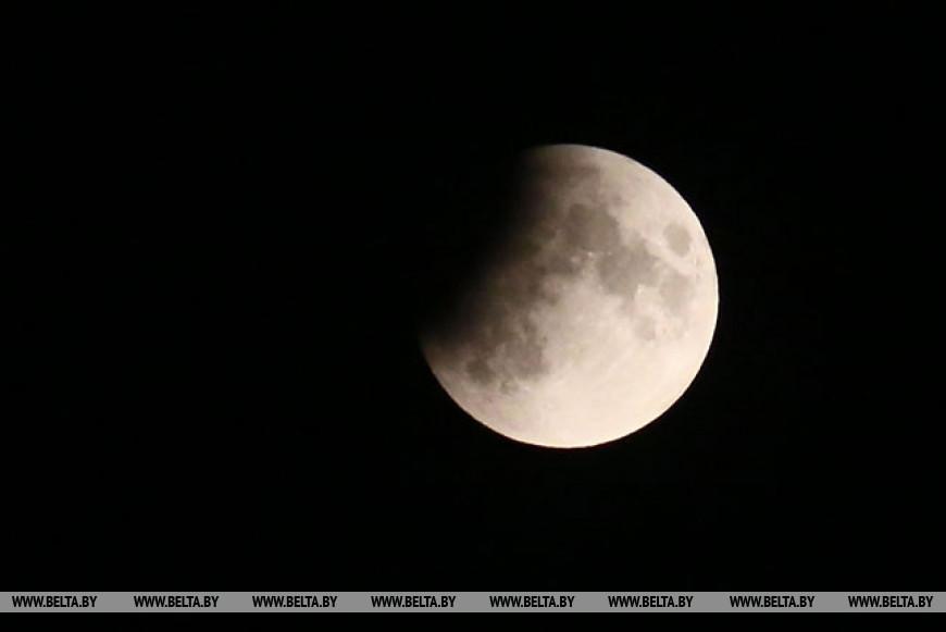 Частное лунное затмение наблюдали жители Беларуси