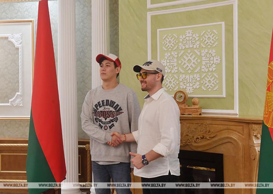 """Участники """"Славянского базара в Витебске"""" посетили с экскурсией Дворец Независимости"""