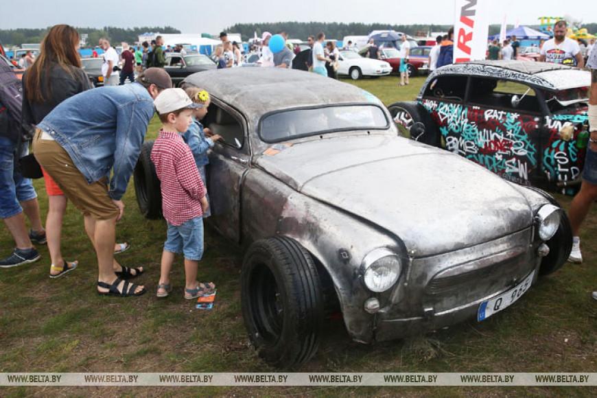 Более 500 редких авто представили на фестивале SunDay под Гродно