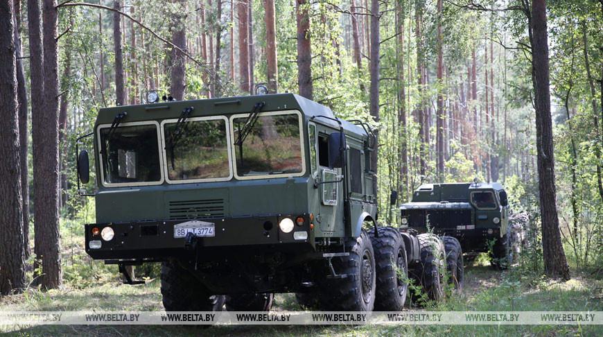Полевые испытания колесных тягачей МЗКТ провели под Минском