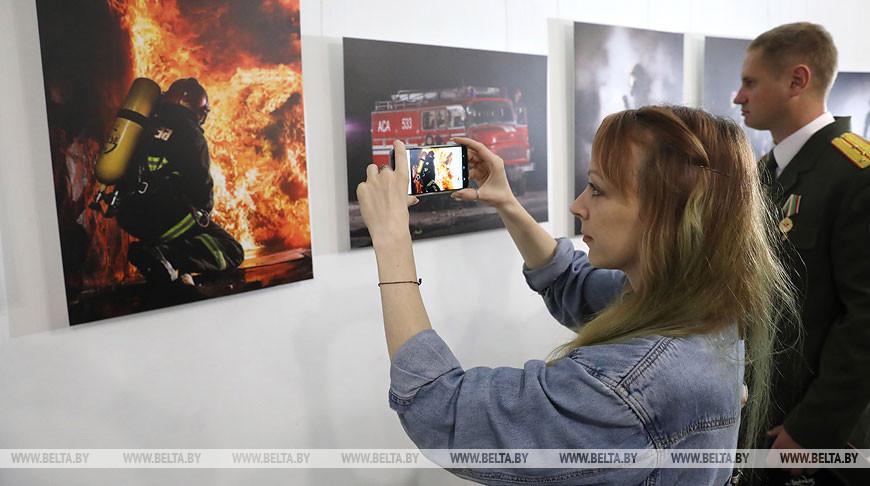Витебские спасатели представили на выставке фото своих коллег