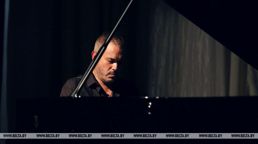 Том Синатра дал большой сольный концерт на Берестейском балу