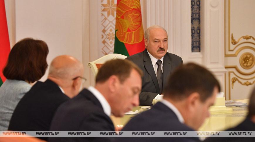 """Лукашенко заслушал доклад о ходе реализации инвестиционного проекта """"Организация высокотехнологичного агропромышленного производства полного цикла на 2016-2032 годы"""""""