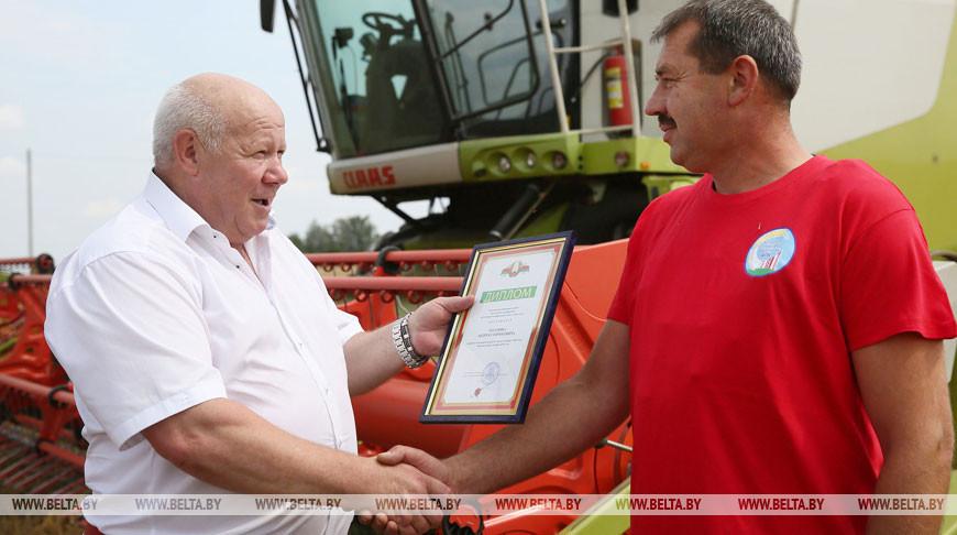 Первым в Беларуси рубеж по намолоту в 3 тыс. т преодолел комбайнер из Гродненского района