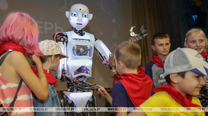 Робот провел открытый урок для школьников в IT-лагере Брестской области