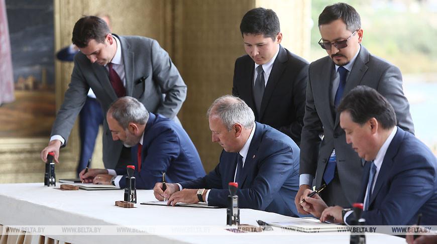 Главы правительств стран ЕАЭС приняли участие в церемонии гашения памятных почтовых марок