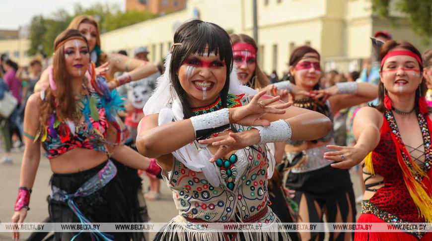 Красочный карнавал завершил фестиваль Vulica Brasil в Минске